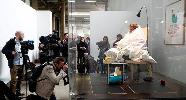 VIDEO: Francuski umetnik izlegao 10 pilića