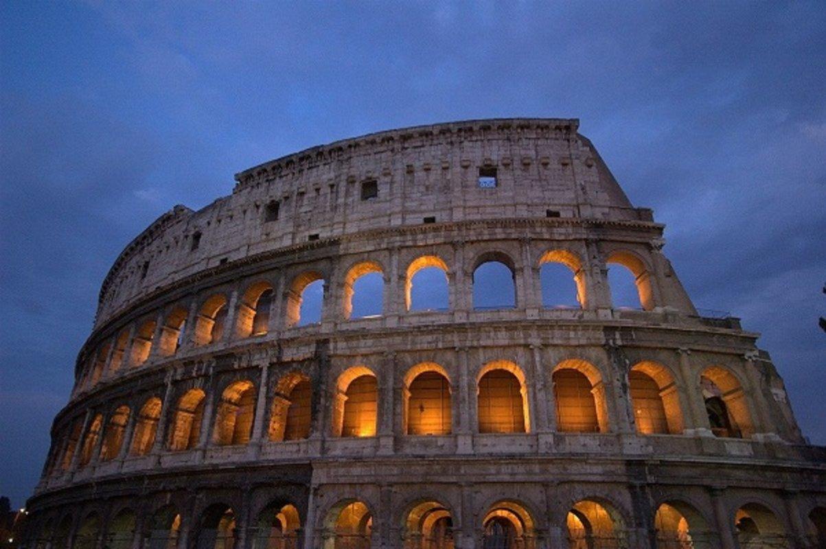 Koloseum, najpoznatija turistička atrakcija Italije i simbol Večnog grada, ponovo je otvoren za posetioce pošto je zbog epidemije koronavirusa bio zatvoren 84 dana.