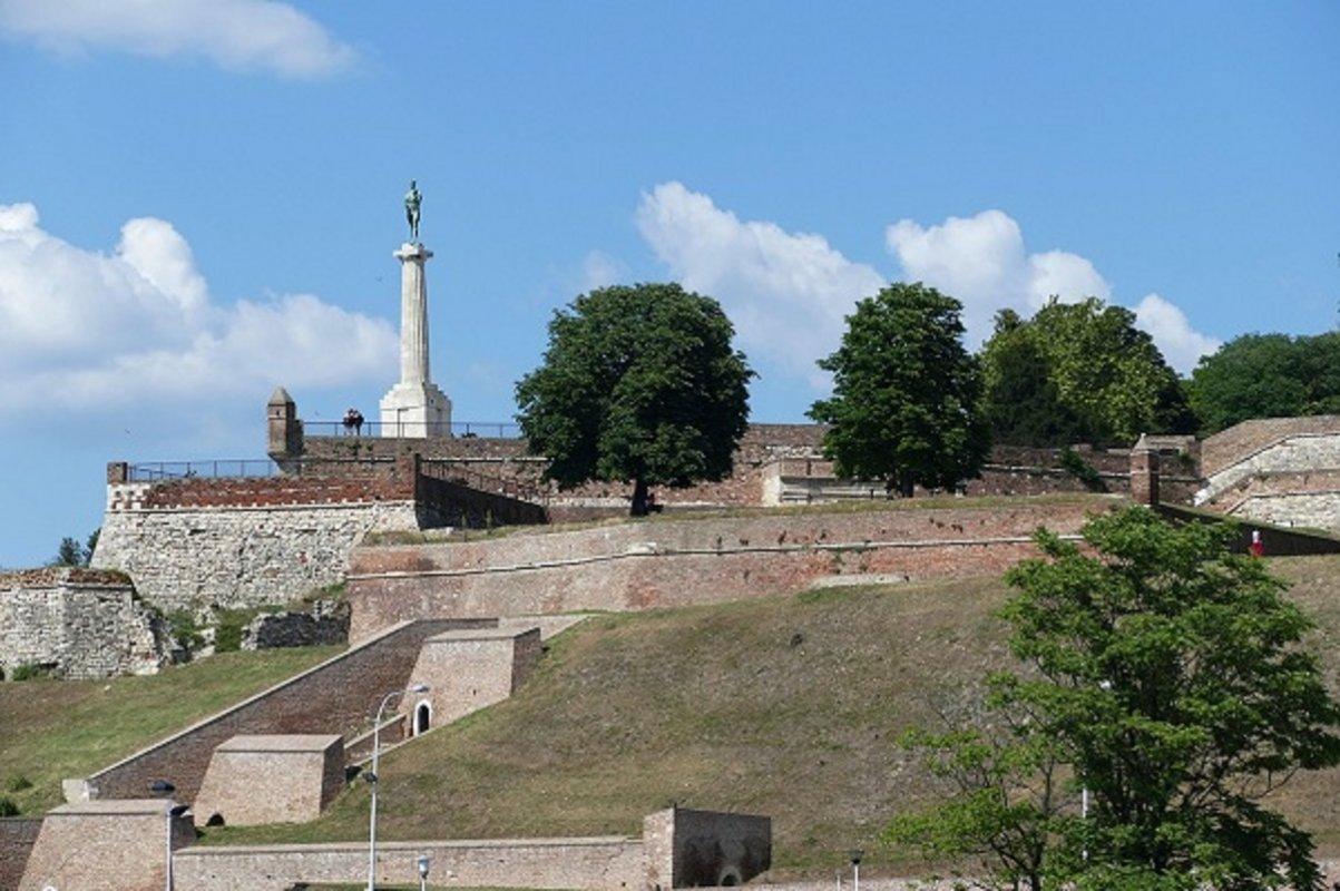 Upravni sud u Beogradu je doneo rešenje kojim se nalaže zaustavljanje radova na  projektu  gondola  na  Kalemegdanu  do  donošenja  konačnog  rešenja  o  zakonitosti građevinske  dozvole  koju  je  izdalo  Ministarstvo  građevinarstva.