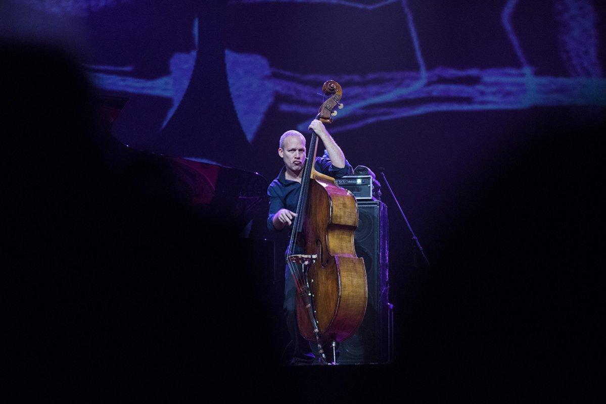 U Beograd konačno stiže čuveni izraelski kontrabasista Avišaj Koen, koji će sa svojim triom održati koncert u petak, 23. aprila od 19 časova u Kombank dvorani, u susret predstojećem Svetskom danu džeza.