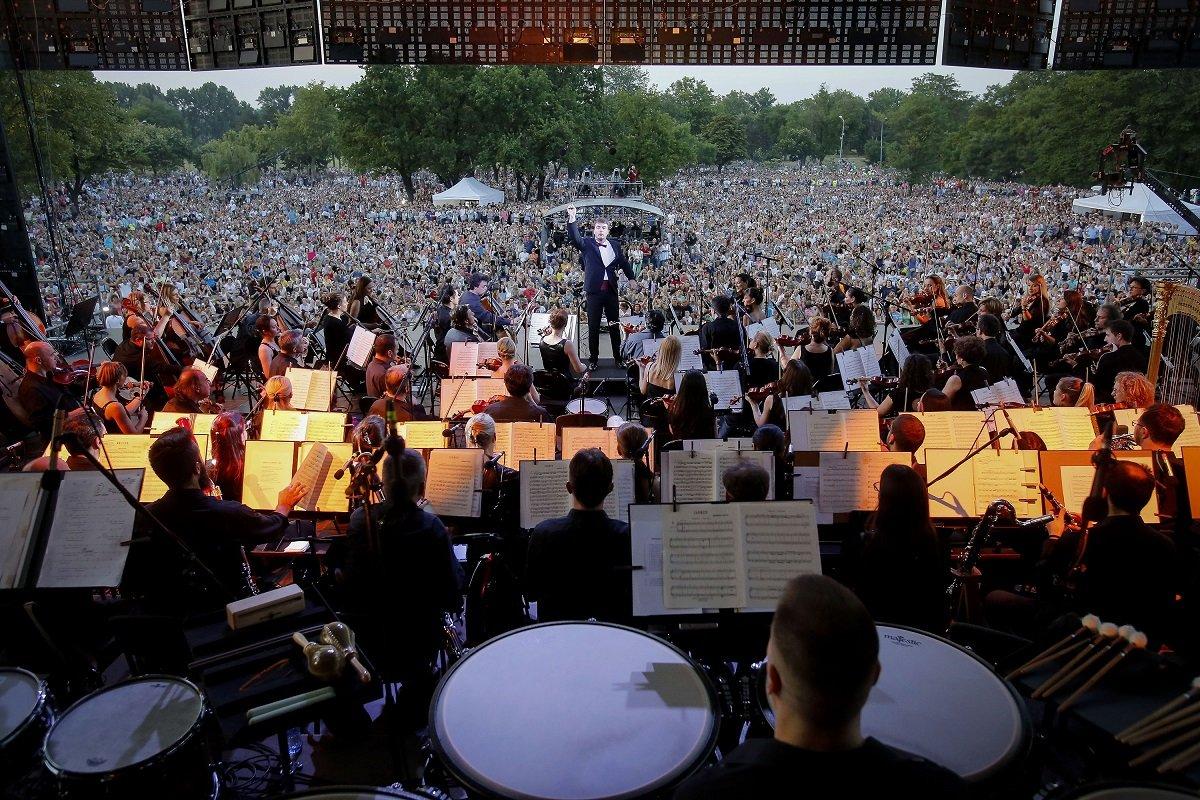 Na istoj lokaciji kao i prošle godine, Filharmonija ponovo svira za nekoliko desetina hiljada ljudi ispod ogromnog ekrana na kojem se prikazuju veličanstveni prizori nezamislivo dalekih galaksija.