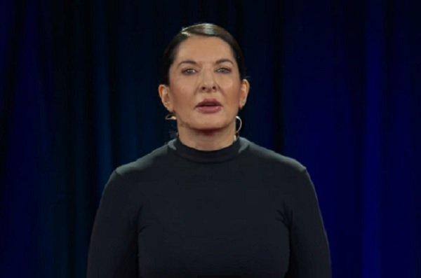 Marina Abramović udarena slikom u glavu